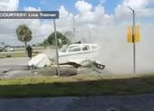 Máy bay hạ cánh, suýt tông vào 1 người trên mặt đất