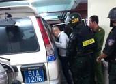 Áp giải 2 anh em Nguyễn Thái Luyện về trụ sở lúc rạng sáng