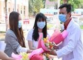 Bệnh nhân khỏi bệnh tặng hoa cho bác sĩ điều trị COVID-19