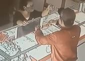 Thanh niên giật 2 sợi dây chuyền trong tiệm vàng ở Củ Chi