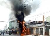 Trụ điện cháy dữ dội trên đường An Dương Vương, quận 6