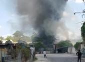 Cháy dữ dội ở Bình Tân, thiêu rụi cả xe nâng, rơ moóc