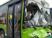 Tông ô tô liên hoàn ở An Sương, khách xe buýt hoảng loạn