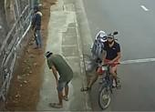 Bắt nhóm leo rào trộm giữa ban ngày ở Nha Trang