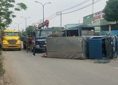 Bình Chánh: Xe tải lật ngang, 2 người bị thương