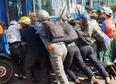 Hàng chục người đẩy xe buýt, cứu người phụ nữ bị cuốn vào gầm