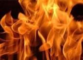 Chồng đổ xăng đốt vợ rồi ôm con bỏ trốn