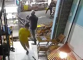 10 người dùng hung khí đập quán trà sữa ở Bình Tân