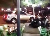 Xe Mercedes chạy nhiều vòng giữa giao lộ rồi lao vào quán nhậu