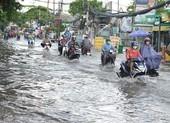 TP.HCM mưa lớn, đường lại biến thành sông