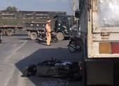 Ô tô tải lao vào 3 xe máy dừng đèn đỏ, 1 phụ nữ tử vong