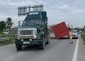 Thùng container rơi trúng ô tô trên đường dẫn cao tốc