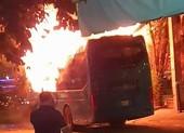 Xe khách cháy dữ dội ở Tân Bình, đường Cộng Hòa kẹt cứng