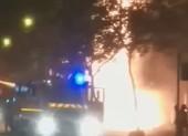 Biển quảng cáo ngân hàng bốc cháy, lan sang cửa hàng nệm