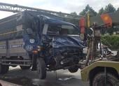 Người dân hô hoán giải cứu phụ xe mắc kẹt sau tai nạn