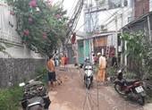 Ô tô làm đổ bốn cột điện, nhiều người ra gom dây điện về nhà