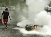 Xe máy đang chạy bốc cháy, người dân hô hoán dập lửa
