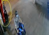 Camera an ninh ghi cảnh trộm thản nhiên bẻ khóa xe SH ở Gò Vấp