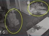 Mặc cho gia chủ ngủ ngay cửa, trộm vào lục tung nhà trong 1 tiếng đồng hồ