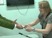 Giả bán hàng để trộm tiền khách nước ngoài tại trụ ATM