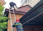 Cảnh sát bắc thang giải cứu người đàn ông rơi trúng mái nhà