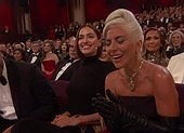 Lady Gaga lần đầu chạm đến tượng vàng Oscar