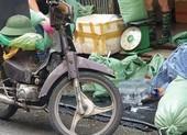 Chở nước đá bằng xe máy rỉ sét có bị xử lý?