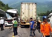 Xe khách đối đầu xe container, 11 người bị thương