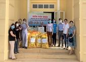 Quảng Ngãi: Giáo viên trường THPT Trần Kỳ Phong gói lương thực gửi vào miền Nam