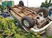 Ô tô lật nhào trên đại lộ Phạm Văn Đồng, 5 người đi cấp cứu