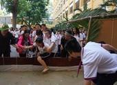 Học sinh lội bùn bắt cá ngay giữa sân Trường Trưng Vương