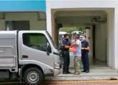 Bị bắt vì ăn nơi công cộng, bất chấp lệnh giãn cách xã hội