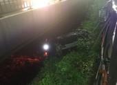 Thanh niên lái ô tô mới mua rơi khỏi cầu Sài Gòn