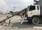 Ô tô tải đâm gãy trụ điện, hàng chục người thoát nạn