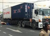 Người đàn ông tử vong khi tông xe khách rồi ngã vào container