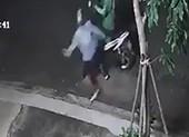 1 tài xế bị tạt nước cay vào mắt, cướp xe lúc rạng sáng