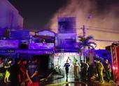 Cảnh sát leo mái nhà, phá cửa dập đám cháy lúc nửa đêm