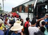 Bình Phước dùng ô tô đưa hơn 500 người dân đang đi bộ về quê
