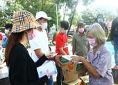 Bình Dương: Ngàn người bán vé số dạo được nhận quà