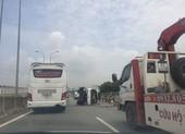Xe tải tông dải phân cách, lật tại đường dẫn cao tốc