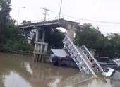 Sập cầu ở Đồng Tháp, ô tô tải rơi xuống sông