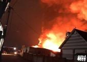 Một xưởng gỗ ở Bình Dương bị lửa thiêu rụi lúc rạng sáng