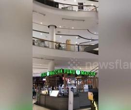 Khoảnh khắc mái trần trung tâm mua sắm đổ sập