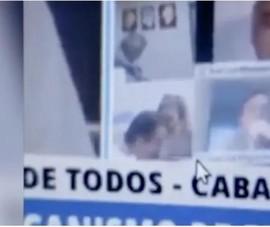 Nghị sĩ Argentina hôn ngực phụ nữ khi đang họp trực tuyến