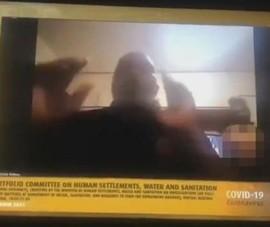 Quan chức Nam Phi nhóm họp, vợ khỏa thân đi lại phía sau
