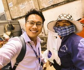 MC Tấn Tài tặng quà nữ công nhân vệ sinh đường phố ngày 8-3