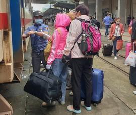 Đà Nẵng: Người dân kín mít khẩu trang đi vào Nam sau tết