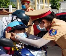 CSGT Đồng Nai phát nước, khẩu trang miễn phí cho người dân