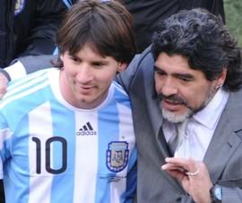 """Messi và  """"bóng ma"""" Maradona"""