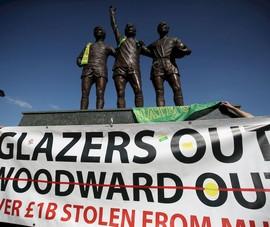 CĐV MU biểu tình, nhà Glazer ra giá 4 tỉ bảng bán CLB